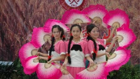 涨姿势了, 中国贵州独山的美女们表演的花灯舞蹈, 真是火爆第一