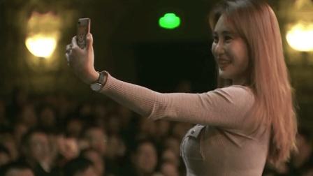 郭德纲正表演相声, 美女观众跑台前来照相! 老郭反应惹台下笑炸
