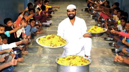 印度大户人家, 买来一大盆羊肉, 做了一大锅羊肉焖饭, 送给孩子们吃