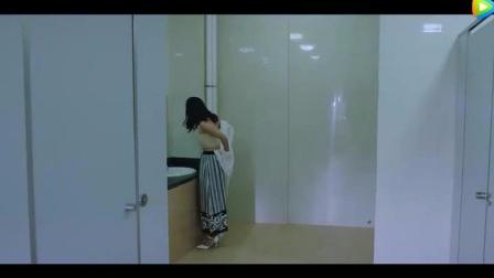 美女老师卫生间换衣服, 结果被学生恶搞, 场面秒