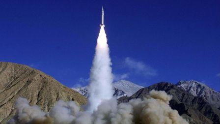 某国在阅兵式用废导弹忽悠美国,局座差远了