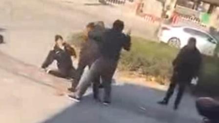 违停被贴罚单 几男子街头暴打2女执法员