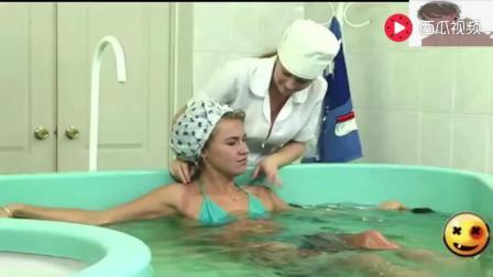 国外恶搞: 作死服务生洗澡池放蛇整蛊客人看看她
