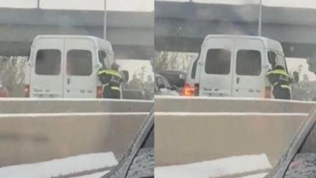 交警风雪中推车 一辆接一辆感动网友