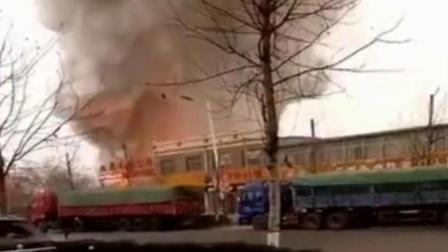 爆蕉头条 山东电气焊引发爆燃 现场浓烟滚滚爆炸声不断