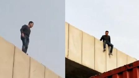 男子爬地铁桥跳桥 大喊:他们有关系我没有