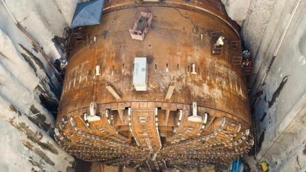 地下超级巨兽! 全球最大隧道盾构机破土而出, 场面相当吓人