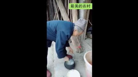 以前没有电饭锅是怎样蒸米饭的, 奶奶手里的这工具你见过吗?