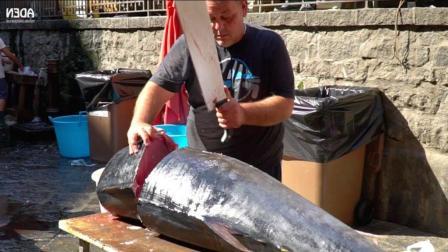 实拍街头市场: 100斤的金枪鱼, 大叔用大长刀切得满头大汗!