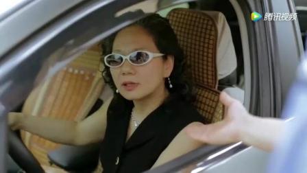 新手老年女司机, 交警说她闯红灯, 她却拿出两个硬币说了一句