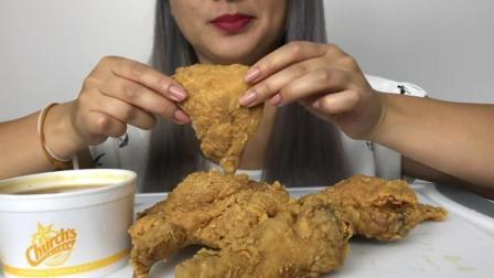 看看美女怎么吃炸鸡块, 吃得那么香, 还专门发出咀嚼声让你听