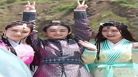 赵丽颖片场花絮, 和两位大美女玩自拍! 颖宝剪刀