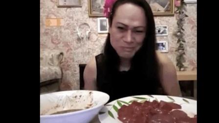 泰国人吃生猪肝! 看看这个是男的还是女的! 重口味福利!