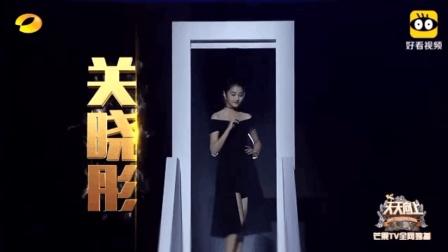 关晓彤太美难怪鹿晗放弃迪丽热巴, 大长腿平底鞋和易烊千玺跳舞!