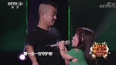 袖珍小夫妻舞台上演唱《红尘情歌》歌声好听这份感情也甜蜜