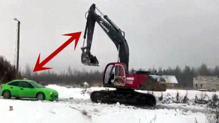 国外轿车司机暴打挖掘机司机之后, 记录仪拍下了恐怖一幕!