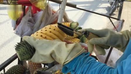 看看人家怎么削菠萝皮, 又快又好, 用的刀很特别, 一看就是专用刀