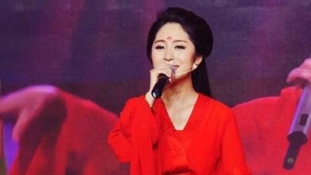 云飞妻子郭津彤任大雨倾盆下, 仍然唱完一首《女儿情》唱功稳稳的!