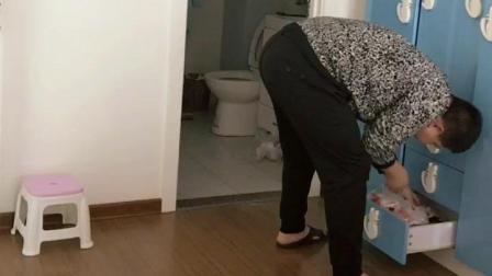 老婆要恶搞老公结果自己倒霉, 老公扭过头一脸茫