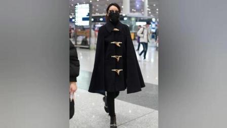 """闫妮机场梳高马尾, 口罩黑超蒙面, 穿牛角扣斗篷装变""""小飞侠""""!"""