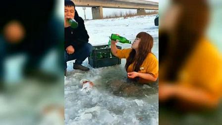 女子在冰面上喝啤酒, 男子还敢过来凑热闹, 这场