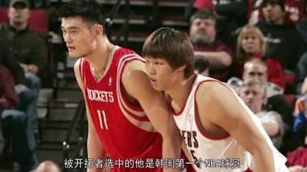 韩国第一中锋挑衅中国人, 结果遭姚明怒视瞬间教他怎么做人