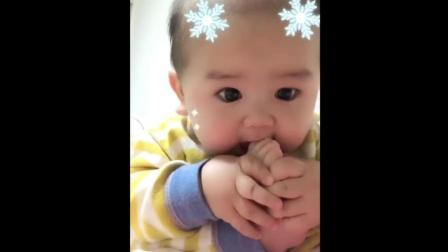 宝宝饿了抱起脚丫子就吃, 接下来宝宝的反应太可爱了!