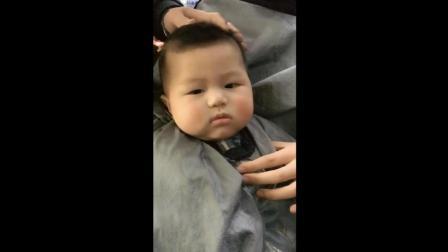 妈妈带宝宝剪头发, 接下来宝宝一本正经的样子太可爱了!