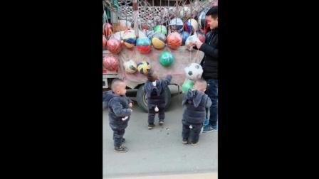 爸爸给三胞胎宝宝买玩具, 接下来宝宝的反应太可爱了!