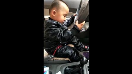 宝宝坐在汽车里打瞌睡了, 接下来宝宝的反应太可爱了!