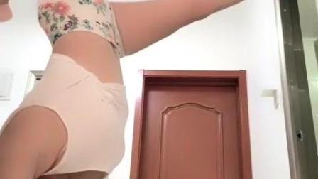 微胖美女这个一字马做的真是不容易, 这身体柔韧度还可以吧