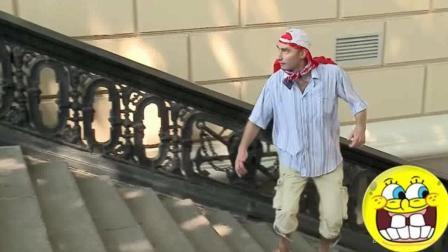 外国街头恶搞路人, 小哥被吓的鞋都跑掉了
