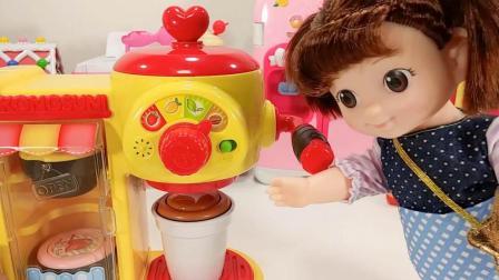 亲子玩具动画米露在咖啡店为宝露露做拿铁咖啡喝吃原味蛋糕