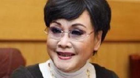 73岁李谷一全家近照曝光, 二婚丈夫如儿子般年轻, 女儿端庄漂亮!