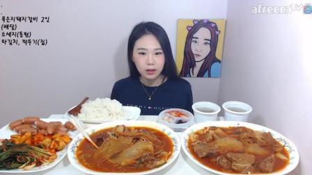韩国大胃王卡妹吃播两大盘泡菜排骨汤配大米饭, 还有香肠各种泡菜