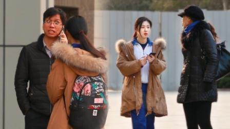 逃课女学生街头找路人帮忙假扮父母打电话请假 路人紧张到结巴 55