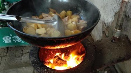 农村的地炉子用处真大, 这是做的什么啊? 刘哥说这种做法非常好吃
