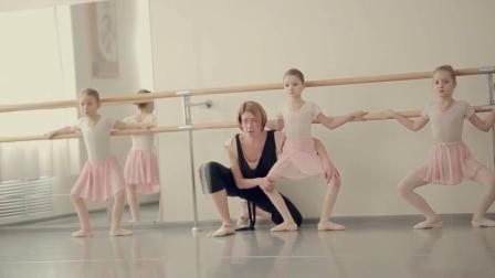 3个白丝小美女的芭蕾训练, 想生女儿了!