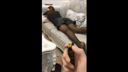 黑丝袜美女趟沙发上休息, 小伙拿打火机在黑丝袜上烧个洞, 急眼了