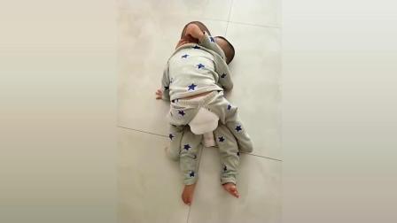 双胞胎兄弟在地上摔跤, 接下来宝宝们的反应太可爱了!
