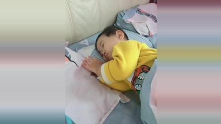 妈妈叫不动宝宝起床, 接下来宝宝听见音乐后的反应太可爱了!