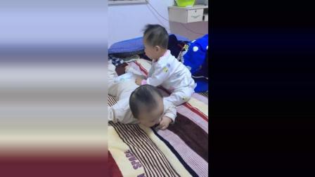 哥哥的玩具被弟弟抢走了, 接下来哥哥对着弟弟的屁股一顿打!