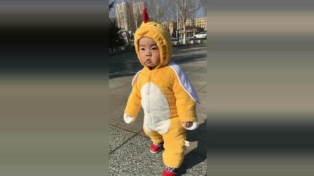宝宝穿着小鸡衣服溜达, 接下来宝宝的反应太可爱了!