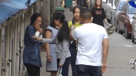 实拍: 男子当街殴打妻子, 旁边女学生看不过去, 直接上前这样做了!