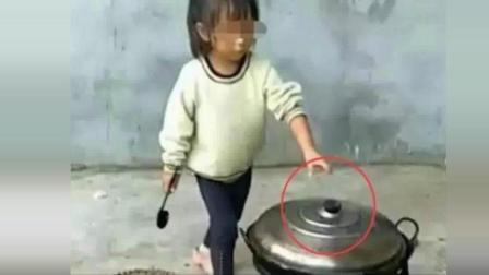 8岁女孩看着她为家人煮的食物, 让人吃惊