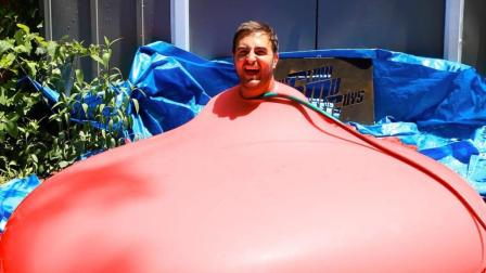 作死小伙把自己装进了气球里, 结果你猜怎么样了?
