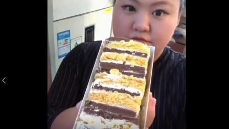美食小吃货;300斤的胖丫开饭了, 拿破仑蛋糕, 秒吃肠, 这样子逗死我了