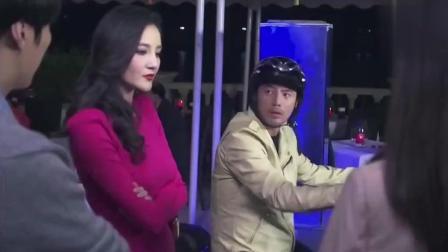 美女说穿裙子不适合做摩托车, 男子听了之后直接把裙子撕开了
