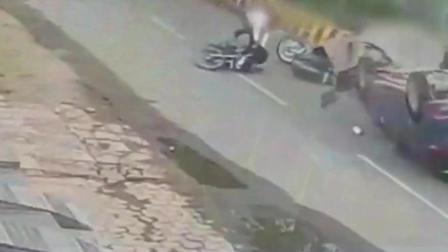 2017年最悲惨的车祸! 摩托车司机当场休克, 我不敢看第二遍
