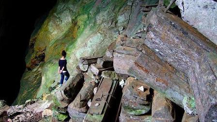 崖上挂满神秘悬棺游人争着合影, 半夜人爬上去干什么?